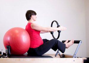 Prenatal Yoga vs Prenatal Pilates: Mana yang Lebih Cocok untuk Anda?